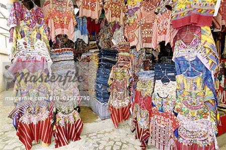 Marché de Guatemala, Antigua, chemises multicolores