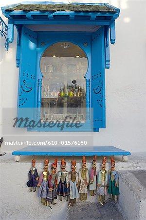 Tunisie, Sidi Bou Said, détail de l'architecture et marionnettes