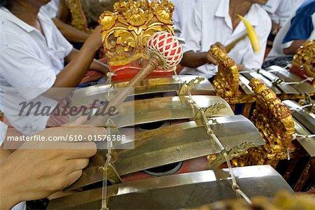 Indonésie, Bali, Denpensar, cérémonie de crémation d'une Dame de brahman, instrument de musique