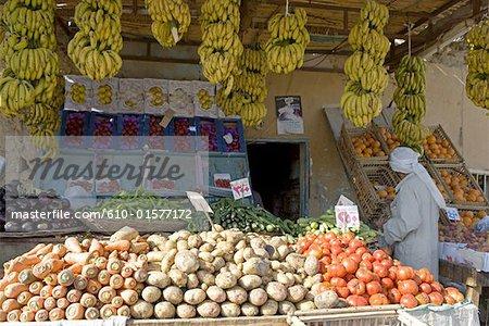 Egypte, désert libyen, l'Oasis de Siwa, vendant des fruits et légumes