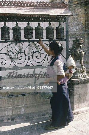 Népal, Swayambhunath, femme tournant prayer wheel