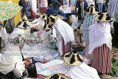 Maroc, Ksar-es-Sghir, souk, Jbalas femmes en costume traditionnel