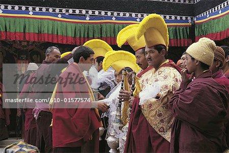 Inde, Cachemire, Ladakh, pendant le festival de Tikse, distribution des offres et du châssis