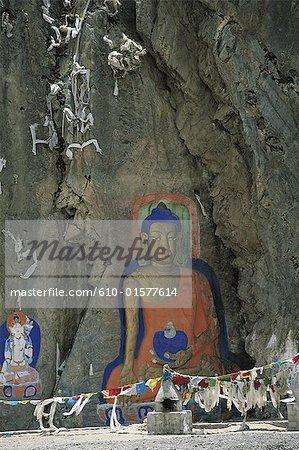 Tibet, près du monastère de Lhakhang Drolma, Bouddha peint sur un rocher