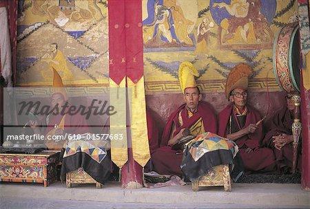 Jammu et Cachemire, l'Inde, Ladakh, pendant le festival de Tikse, moines en prière