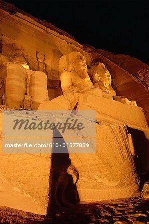 Egypte, Abou Simbel, temple de Ramsès II, statues et tombés tête de Ramsès