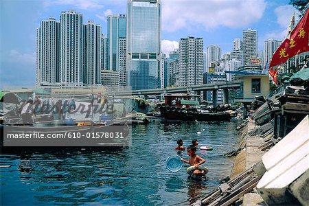 Littoral de la Chine, Hong Kong, dans le district de Wan Chai, enfants se baigner dans des eaux polluées