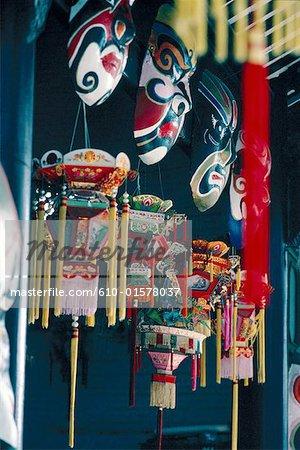 Chine, Hong Kong, lanternes traditionnelles et masques de l'opéra