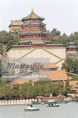 Chine, Beijing, Palais d'Eté, tour d'encens bouddhiste surplombant le lac Kunming