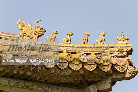 La Chine, près de Pékin, tombeaux de dynastie de Ming, la tombe de Changling, tuiles de toit en céramique