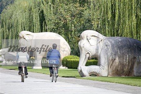 La Chine, près de Beijing, tombeaux de dynastie de Ming, la tombe de Changling, statues d'éléphants bordant la voie sacrée