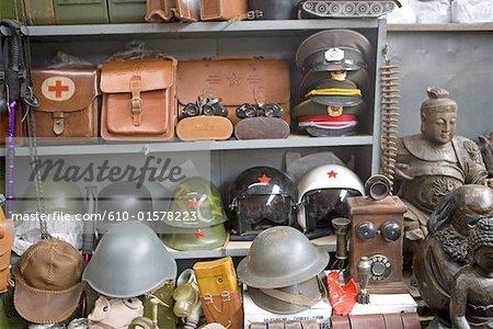 Chine, Beijing, marché de Panjiayuan, objets militaires à vendre