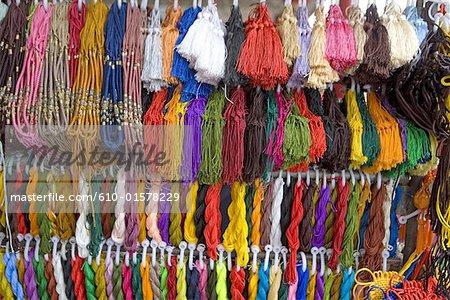 Chine, Beijing, marché de Panjiayuan, fil à broder à vendre