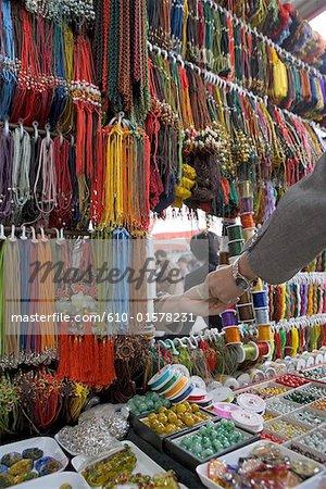 Chine, Beijing, marché de Panjiayuan, perles à vendre