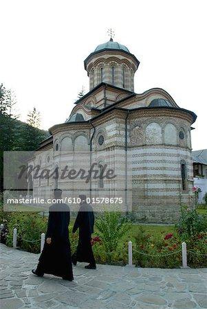 Roumanie, Oltenia, église du monastère de Cozia, prêtres orthodoxes