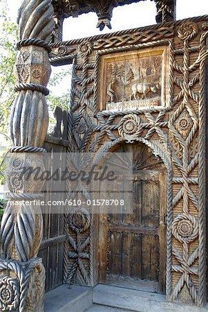 Roumanie, Maramures, sculptés en bois porte