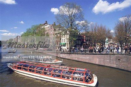 La Hollande septentrionale, Amsterdam, bateau-mouche sur le canal