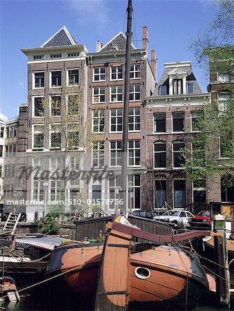 Aux pays-bas, North Holland, Amsterdam, vieux bateaux sur le canal