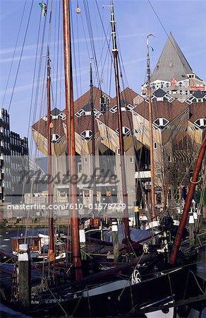 Les pays-bas, la Hollande-méridionale, Rotterdam, vieux port et cube maisons par l'architecte Piet Blom