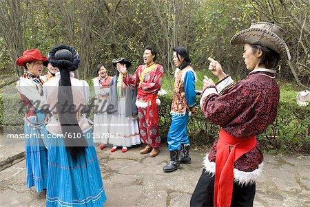 Chine, Yunnan, près de costumes traditionnels de Kunming, Yunnan Village de nationalités, de plusieurs groupes ethniques chinois