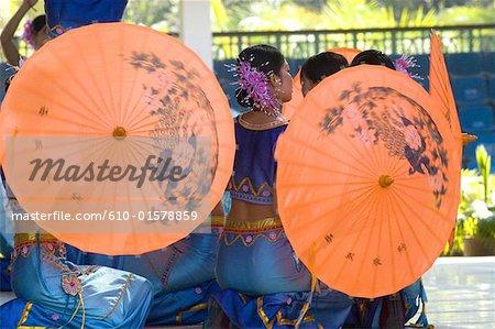 Xishuangbanna, Yunnan, la Chine, près de Jinghong, parc de minorité Dai, jeunes danseurs Dai