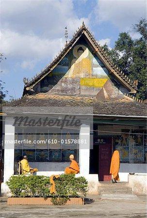 Xishuangbanna, Yunnan, la Chine, près de Menghai, Jingzhen, moines bouddhistes