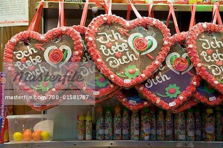 Lebkuchenherzen sur le stand de bonbons au carnaval, Dusseldorf, Allemagne
