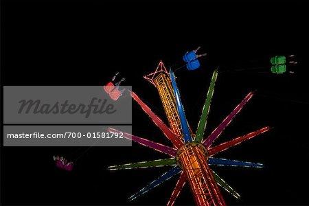 Tour de parc d'attractions pendant la nuit