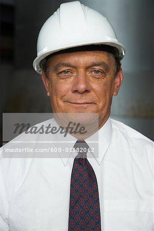 Portrait d'homme d'affaires avec casque de sécurité