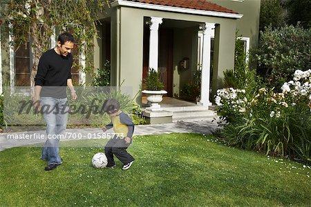 Père et fils à jouer dans la Cour