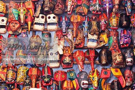 Masques en bois au marché, Guatemala