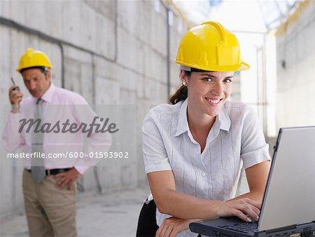 Ingénieur à l'aide d'ordinateur portable