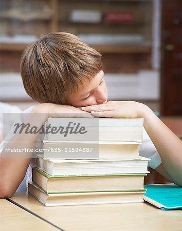 Ein Student in der Klasse schlafen