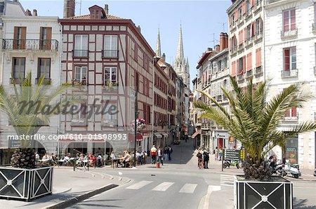 France, Aquitaine, Bayonne, Vieux Bayonne quartier, rue et aperçu de la cathédrale de Saint Mary