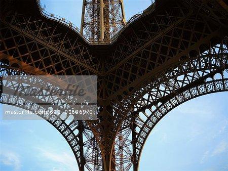 Regardant vers le haut de la tour Eiffel, Paris, France
