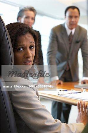Geschäftsfrau bei der Erfüllung suchen nervös