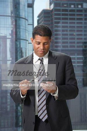Homme d'affaires avec téléphone cellulaire