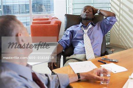 Les hommes d'affaires travaillant, frustré à la recherche