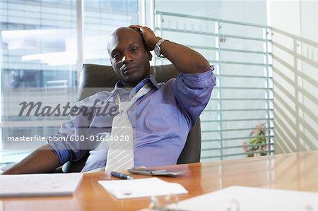 Homme d'affaires l'air fatigué