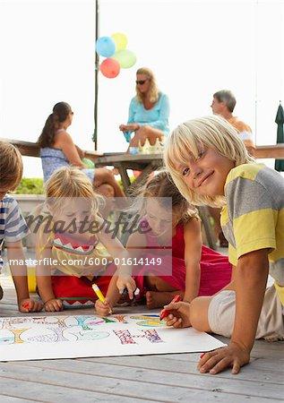 Enfants à la fête d'anniversaire