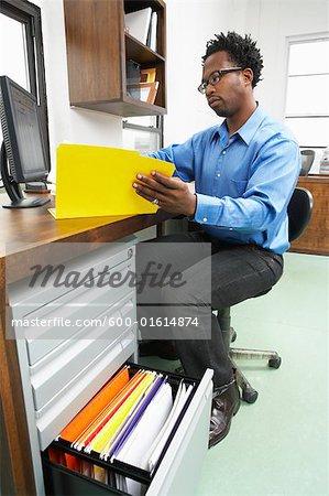 Portrait d'un homme travaillant dans le Bureau