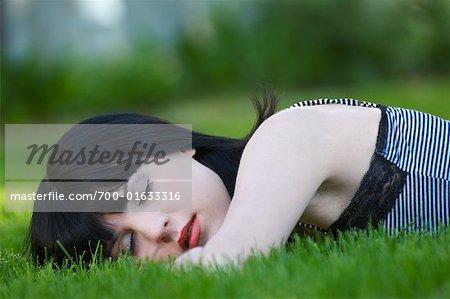 Femme allongée en plein air