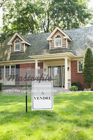 Vente signe en face de la maison