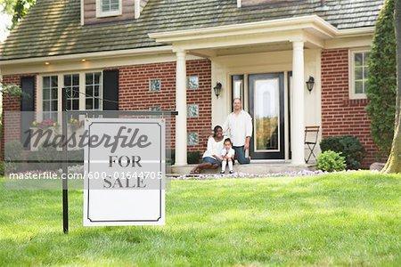 Famille sur le porche de la maison à vendre