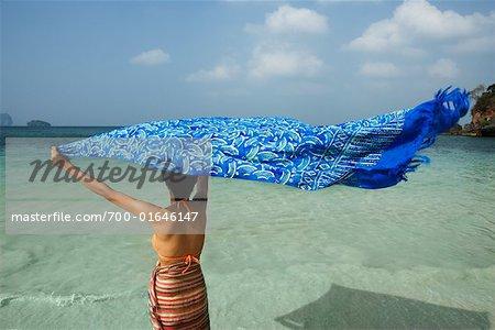 Femme sur la plage de Phra Nang Cave, Krabi, Thaïlande