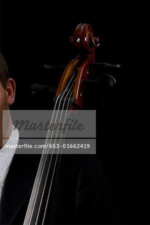 Détail de l'homme qui joue du violoncelle