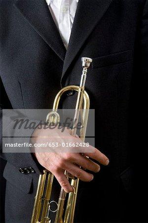 Homme tenant une trompette