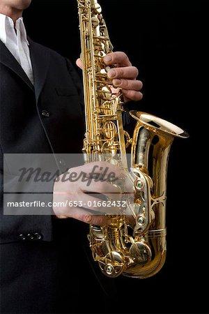Mann, das Saxophon spielen
