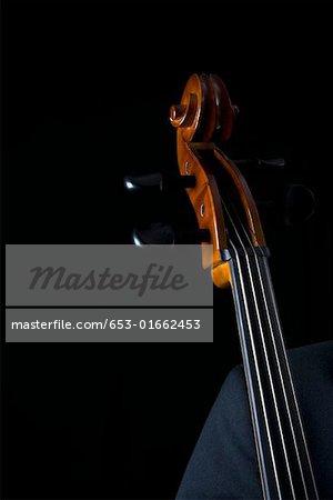 Detail der Mann, der ein cello