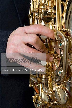 Detail eines Mannes, der das Saxophon spielen
